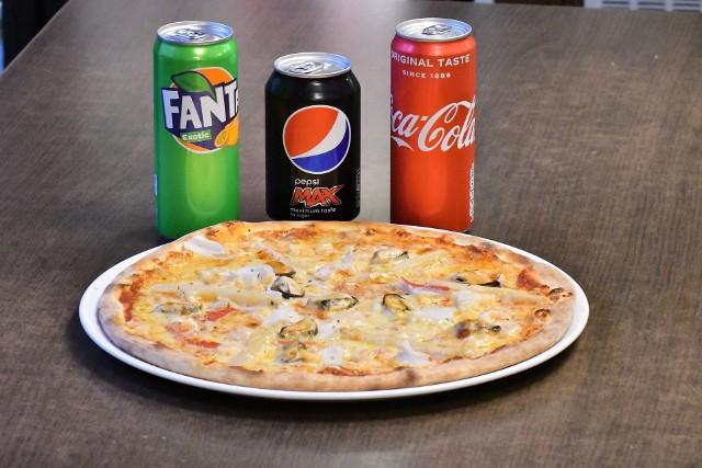 """Podatek cukrowy odbije się też na cenach napojów w restauracjach i pubach. Restauratorzy zapowiadają podwyżkę o około 1 zł za zamówiony napój. Jednak teraz, w ofercie na wynos ceny Coca-Coli, Pepsi czy Fanty są """"stare"""". Większość restauracji nie zmienia cen, ponieważ wyprzedaje zakupione napoje jeszcze przed wprowadzeniem podatku. Zobacz, ile zapłacisz za Coca-Colę czy Pepsi, zamawiając ją z jedzeniem do domu. Przejdź dalej ---->"""