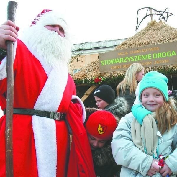 Święty Mikołaj już przyszedł, choć do Wigilii daleko. Rozdaje cukierki i zbiera prezenty, które potem odda biednym.