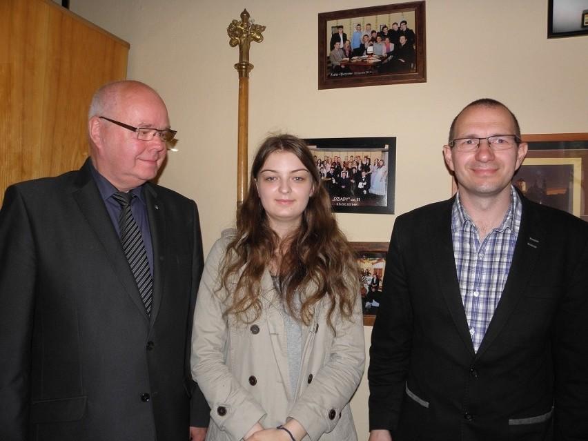 Karina Krzoska to duma szkoły. Nie ukrywa tego dyrektor Zespołu Szkół Paweł Boczek ( z lewej) i nauczyciel Kariny - Jacek Borzyszkowski. Obaj stawiają ją za wzór innym uczniom.