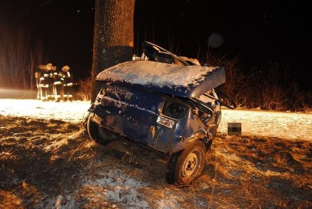 Policja apeluje o ostrożność i rozwagę. Kilka dni wcześniej w gminie Człopa, 40-letni mężczyzna wracał zakupionym wcześniej samochodem osobowym marki fiat 126 p. Na drodze leżał świeży śnieg i było ślisko. Kierujący zjechał na lewy pas drogi, uderzył w przydrożne drzewo i zginął na miejscu.