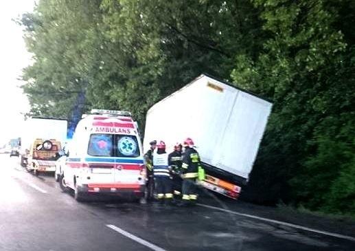 Wypadek drogowy w Będzinie na DK 86. TIR wpadł do rowu