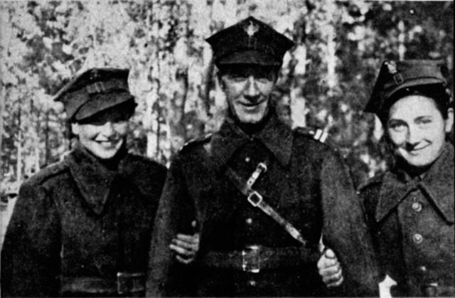 Członkinie Batalionu Platerówek i mjr Marian Ćwiklewski w Sielcach, 1943 r.