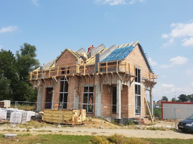Dom Młodych zyskuje dach. Budynek w stanie surowym ma być gotowy przed końcem tegorocznych wakacji