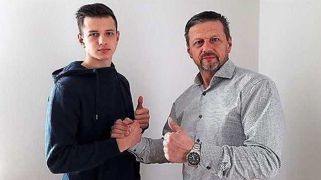 Wojciech Skrzypek (z prawej) wraz z synem Łukaszem, obecnie zawodnikiem pierwszoligowej Wisły Puławy.