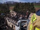 Pożar w Warszowicach przy DK81. Całkowicie spłonęły budynki gospodarcze i sprzęt rolniczy
