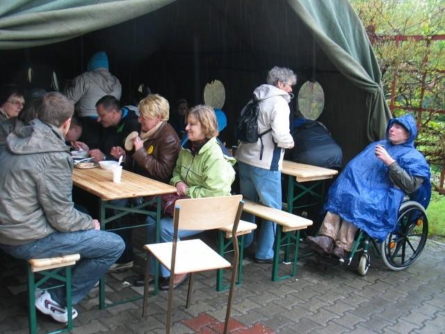 Piknik trzeba było zorganizować pod namiotami. W kurtkach i z parasolami.