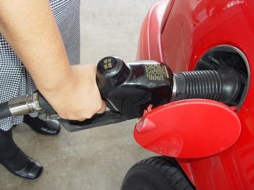 Według analityków w te wakacje płacimy mniej za paliwa niż przed rokiem