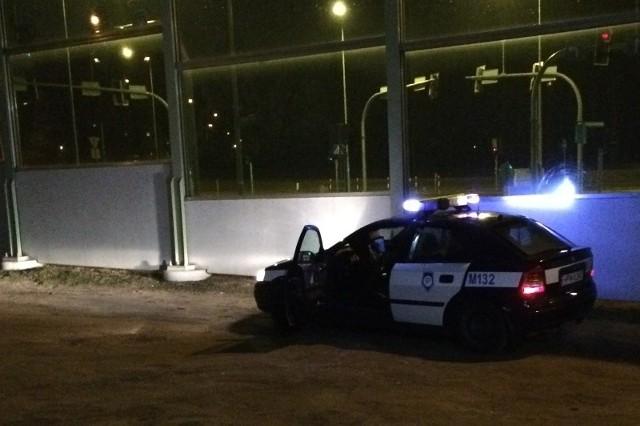 - Okazało się, że mężczyźni wsiedli do auta i usiłowali odjechać, wtedy jedna z osób przebywających w pobliżu podeszła do auta, otworzyła drzwi i zaapelowała o pozostawienie samochodu - informuje oficer prasowy podlaskiej policji. Prawdopodobnie doszło do wymiany zdań, stąd wezwanie policji.