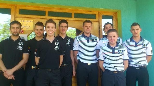 Zawodnicy z Sokółki (w czarnych koszulkach) z  pokonanymi rywalami IV kolejki: drużyną Bila Tarnów