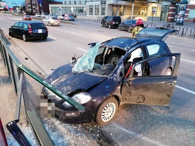 Zderzenie samochodów przy PKP w Gdańsku 22.03.2021. Jedno z aut wbiło się w przystanek tramwajowy