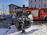 Samochód osobowy uderzył w sklep w Szamotułach. Doszło do pożaru [FOTO]