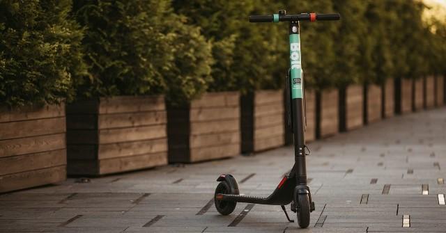 Hulajnogi Bolt rozwijają prędkość do 25 km/h. Można z nich korzystać w Krakowie, Warszawie, a obecnie także w Poznaniu.