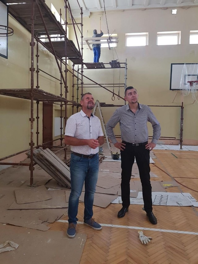 Starosta i dyrektor ogólniaka oglądają postępy prac  remontowych w szprotawskim ogólniaku.