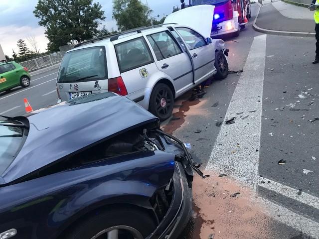 Do zderzenia dwóch samochodów osobowych doszło o godz. 18.34 na skrzyżowaniu ulicy Niemodlińskiej z Krapkowicką na wysokości ronda. Dwie osoby doznały lekkich obrażeń, została im udzielona pomoc na miejscu. Sprawdza kolizji, kierowca volkswagena, został ukarany mandatem.
