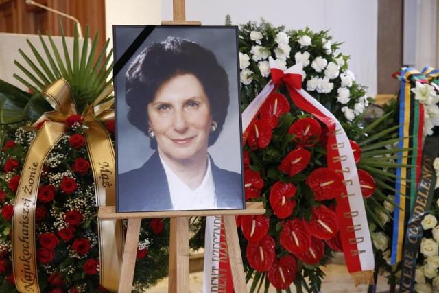W czwartek w Warszawie odbył się pogrzeb Ireny Szewińskiej. Znakomita lekkoatletka, siedmiokrotna medalistka igrzysk olimpijskich (trzy złote, dwa srebrne i dwa brązowe), rekordzistką Polski, Europy i świata, wiceprezes PKOl i członkini MKOl zmarła 29 czerwca w szpitalu w Warszawie, w wieku 72 lat. Msza święta inaugurująca uroczystości pogrzebowe Ireny Szewińskiej odbyła się w Katedrze Polowej Wojska Polskiego w Warszawie. Najwybitniejsza polska lekkoatletka spoczęła na Cmentarzu Wojskowym na Powązkach. Żegnali ją najbliżsi - rodzina i przyjaciele, przedstawiciele rodziny olimpijskiej i świata sportu, kibice. W uroczystościach wziął także udział prezydent Andrzej Duda z żoną Agatą Kornhauser - Dudą. Irena Szewińska była także honorową obywatelką Bydgoszczy.
