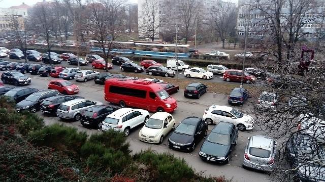 Miasto zachęca, żeby nie wjeżdżać samochodami do centrum Wrocławia, tylko zostawiać je na obrzeżach i przesiadać się do autobusów i tramwajów. Po to właśnie powstały parkingi w systemie Park & Ride (ang. parkuj i jedź). Dotychczas można tam było parkować bez ograniczeń, ale radni właśnie zatwierdzili zmiany, które mogą skutecznie do tego kierowców zniechęcić.ZOBACZ NA KOLEJNYCH SLAJDACH ZMIANY WPROWADZONE PRZEZ MIASTO.