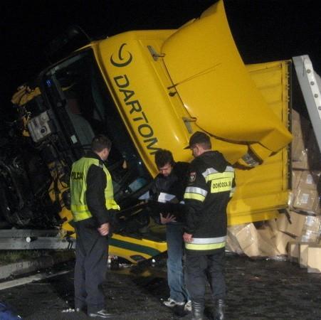 Na miejscu byliśmy w sobotę tuż po wypadku, nad ranem. Ciężarówka została mocno uszkodzona, prawdopodobnie nadaje się do kasacji.