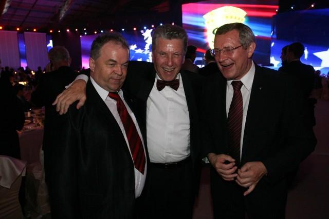Pini Zahavi (w środku) w towarzystwie Stanisława Bobkiewicza (z lewej) i Adama Olkowicza, szefa Euro 2012 w Polsce