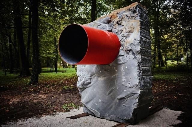 Tak wygląda nowa rzeźba: duży granitowy blok i stalowa rura, pomalowana na czerwono.
