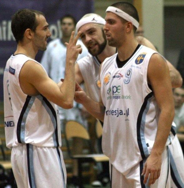 Trójka naszych zawodników (od lewej): Krzysztof Zarankiewicz, Przemysław Szymański i Rafał Wojciechowski i ich koledzy z drużyny nie potrafili znaleźć sposobu na ekipę Spójni.