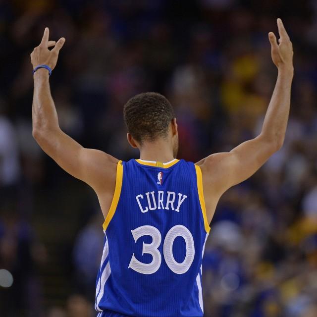 Stephen Curry przeciwko Sacramento Kings zdobył 13 punktów i miał dziewięć zbiórek.