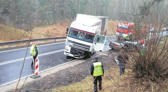 18 września 2011 roku. W ciężarówkę jadącą od Stargardu uderza przyczepa innej ciężarówki, przewożącej resztki zwierząt po uboju