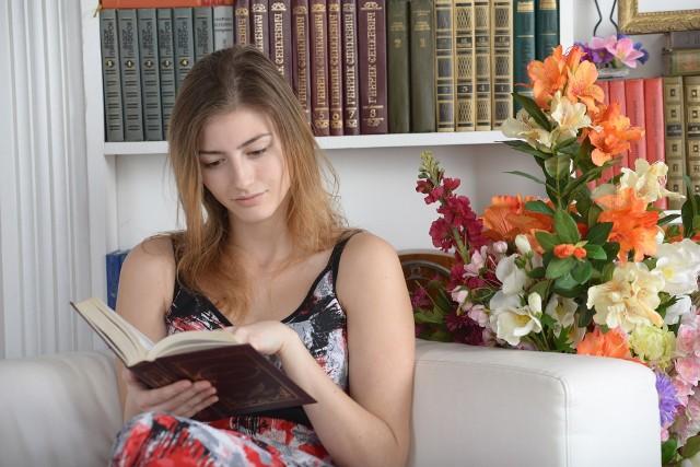 Badania jasno wskazują, że czytanie pomaga nam przetrwać trudne chwile. Okazuje się, że wystarczy czytać 6 minut dziennie, aby zredukować poziom stresu aż o 68 proc.
