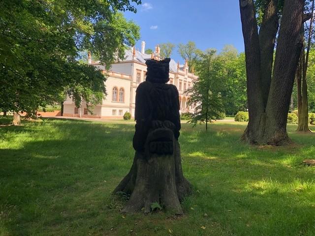 Park w Przytoku to m.in. staw, 300-letnie drzewa, pałac i rzeźby. Warto przyjrzeć się im z bliska