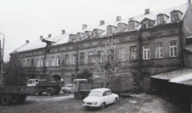 W skład zespołu fabrycznego wchodziły nie tylko tkalnie i przędzalnie. Były tam też budynki administracyjne. Ten na zdjęciu stoi przy Włókienniczej 9.
