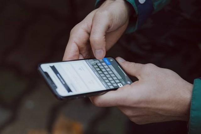 """Oszuści wysyłają fałszywe SMS o """"brakujących""""  50 groszach do opłaty przesyłki"""