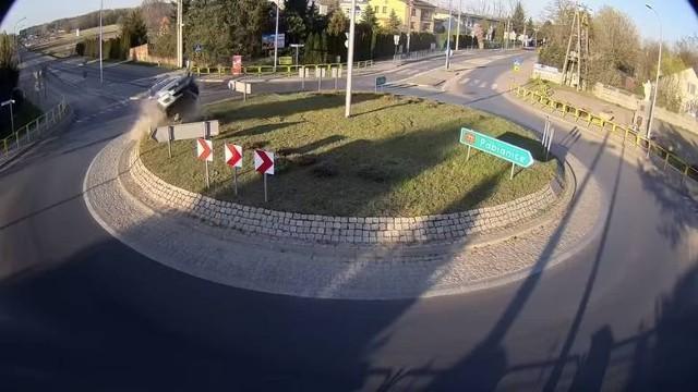 Kierowca samochodu, którym przeleciał nad rondem w Rąbieniu i wylądował za płotem pod kościołem, dobrowolnie poddał się karze i został skazany na rok więzienia w zawieszeniu na trzy lata.