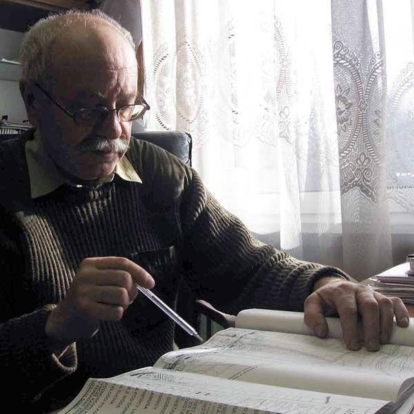 Nadleśniczy Ryszard Paszkiewicz nad mapą przedstawiającą dawną zabudowę Chocenia i plany związane z odtworzeniem układu architektonicznego wsi