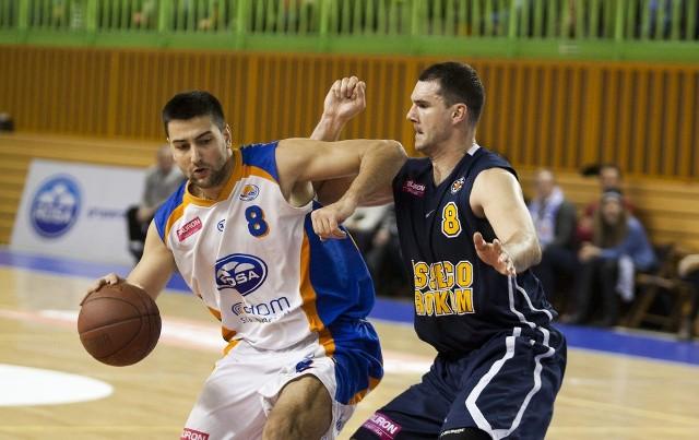 Robert Witka (z prawej), będzie nowym koszykarzem Rosy