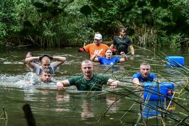 W sobotę w Myślęcinku odbyła się kolejna edycja Terenowej Masakry. Dla uczestników przygotowano trzy trasy: 5, 10 i 15 km. Na każdej z nich znajdowały się rozmaite przeszkody do pokonania, nie tylko podczas biegania, ale także w wodzie. Im więcej kilometrów, tym więcej przeszkód, które wymagają od zawodników wytrzymałości, siły i umiejętności współpracy. Dla najmłodszych organizatorzy przygotowali konkurencje sprawnościowe pod nazwą: Terenowe Dzieciaki. Aby obejrzeć zdjęcia przesuń palcem lub strzałkami>>>