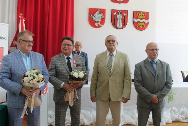 Podczas ostatniej sesji Rada Powiatu golubsko-dobrzyńskiego jednogłośnie udzieliła wotum zaufania i absolutorium staroście Franciszkowi Gutowskiemu. Włodarz powiatu zyskał także Brązowy Medal za zasługi dla obronności kraju nadawany przez MON.