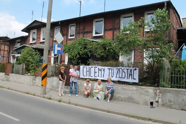 Mieszkańcy domu przy ul. Podgórnej protestują przeciw wprowadzonym niedawno drastycznym podwyżkom czynszów. Nie chcą dać się wyrzucić z mieszkań, w których remonty sporo zainwestowali
