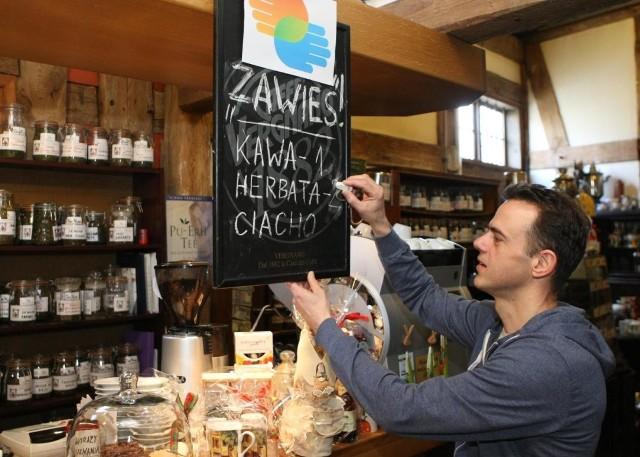 """Jarosław Rawski uaktualnia informację o liczbie """"zawieszonych"""" napojów w Herbaciarni."""