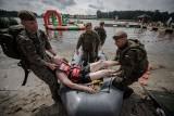 W gminie Książki w powiecie wąbrzeskim strażacy i żołnierze poszukiwali mężczyzny. Zobaczcie zdjęcia z ćwiczeń