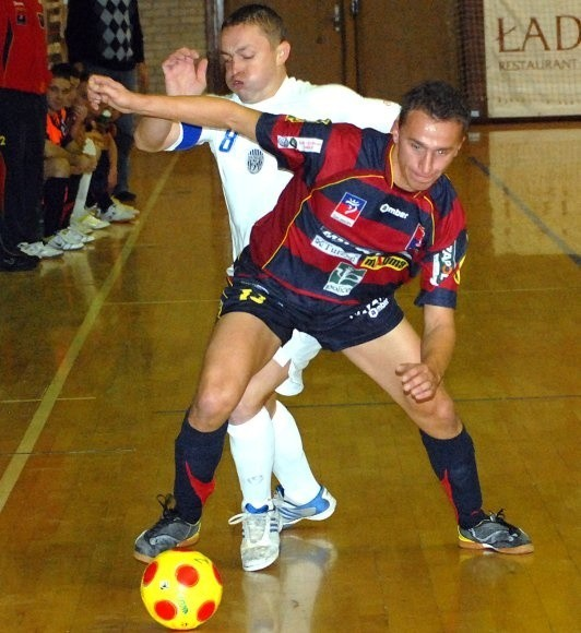 Jeden z najsilniejszych punktów Pogoni'04, Łukasz Żebrowski, doznał podczas rozgrzewki kontuzji i pojechał do szpitala. W meczu jednak wystąpił.