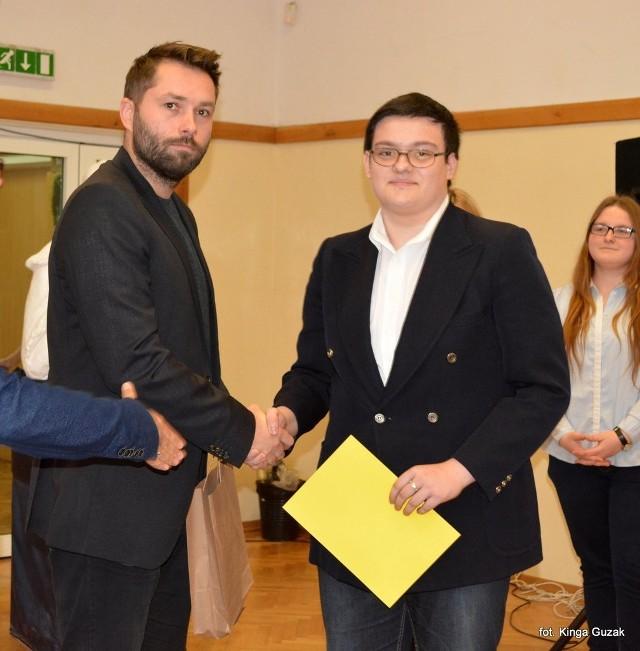 I nagrodę otrzymał Kacper Kolasa z PG nr 8. Wręcza mu ją Kamil Woźniak,przewodniczący jury.