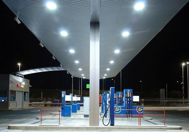 Konflikt w Jemenie nastraszył ropę. Benzyna nie zdrożejeRynek na informację o rozpoczęciu nalotów zareagował szybkim wzrostem ceny ropy o ponad pięć procent