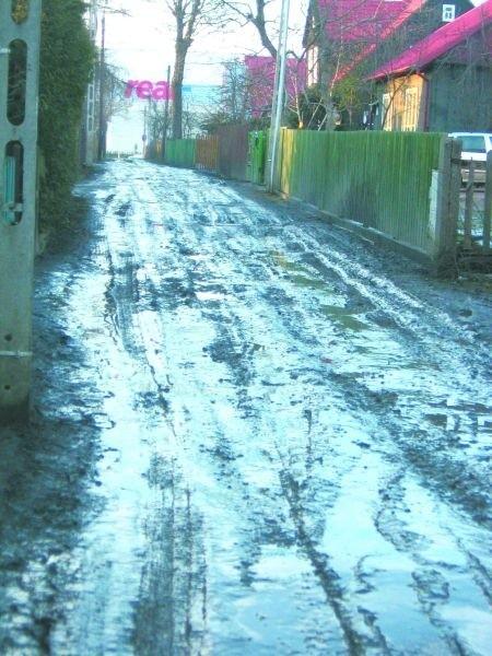 Folwarczna leży w środku miasta, a wygląda gorzej niż wiejska droga. Bez kaloszy ani rusz.