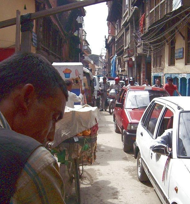 W wąskich i krętych jak labirynt uliczkach Katmandu można się łatwo zgubić, szczególnie nocą.