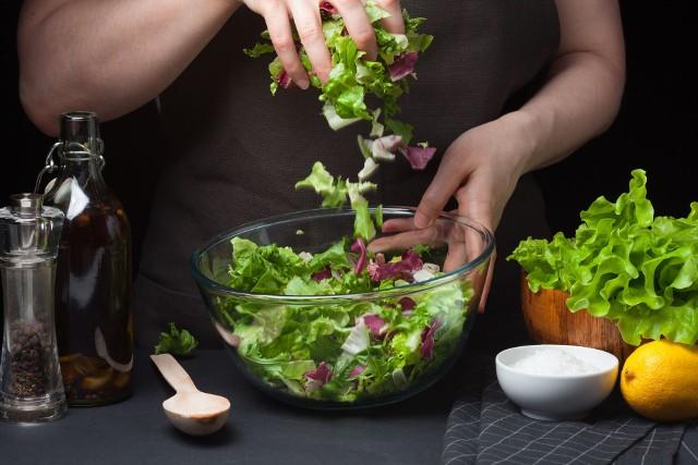 Dieta dr Ewy Dąbrowskiej to najbardziej popularna i dobrze przebadana kuracja oczyszczająca, która cieszy się niesłabnącym zainteresowaniem ze względu na efekty i bezpieczeństwo stosowania.Jest to menu warzywno-owocowe, które stosuje się przez 2 tygodnie. Kurację detoks warto przeprowadzić zwłaszcza na wiosnę.Sprawdź, jak wygląda 7-dniowy jadłospis diety dr Dąbrowskiej!Zobacz kolejne slajdy, przesuwając zdjęcia w prawo, naciśnij strzałkę lub przycisk NASTĘPNE.