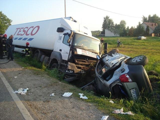 Oba pojazdy wpadły do rowu.