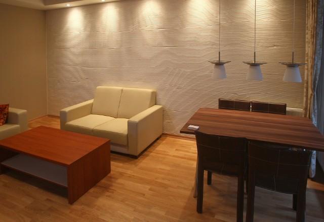 Jasna kawalerkaAby powiększyć optycznie wnętrze małego mieszkania, najlepiej ściany pomalować w jasnych kolorach.