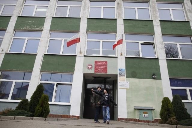 Remont szkoły podstawowej w Czarnowąsach jest pilny. Pochodzący z lat 80. ubiegłego wieku budynek trzeba rozbudować o kilka nowych klas, potrzebny jest też generalny remont sali gimnastycznej.