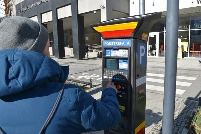 Z niemal półtoramiesięcznym  opóźnieniem - 14 kwietnia zamiast 2 marca - wejdzie w życie uchwała Rady Miejskiej w Łodzi o rozszerzeniu Strefy Płatnego Parkowania o podziemny parking dworca Łódź Fabryczna oraz osiedla: Śródmieście Wschód, Stare Polesie, Katedralna i Stary Widzew. Wszystko wskazuje na to, że City Parking Group, czyli firma będąca operatorem SPP w Łodzi,  nie była w stanie na czas zamówić, sprowadzić, zamontować i uruchomić 132 nowych parkomatów, które mają stanąć na parkingu dworca i ulicach włączonych do SPP. Obowiązek płatnego parkowania w poszerzonej  strefie wprowadzono uchwałą Rady Miejskiej z 16 października ub.r. Zmianę terminu rozpoczęcia pobierania opłat musiała usankcjonować poprawka do tej uchwały.Czytaj na kolejnym slajdzie
