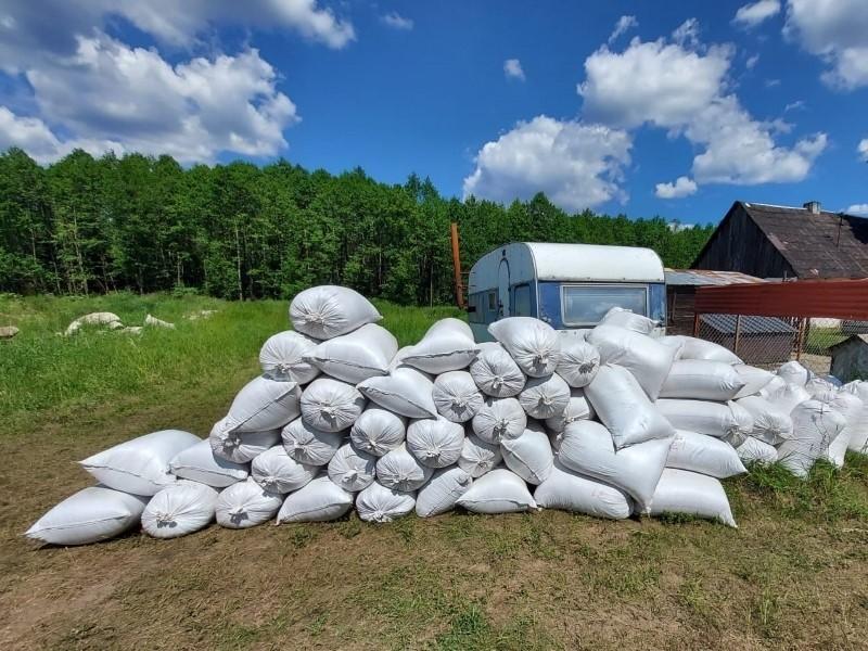 W gospodarstwie pod Inowrocławiem zamiast produkcji rolnej była olbrzymia wytwórnia papierosów [zdjęcia]