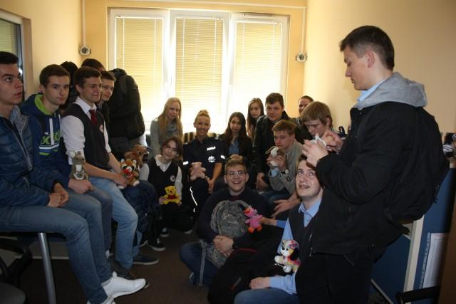 Na pytania młodziezy odpowiadała sierż. sztab. Marta Błachowicz (w glębi)